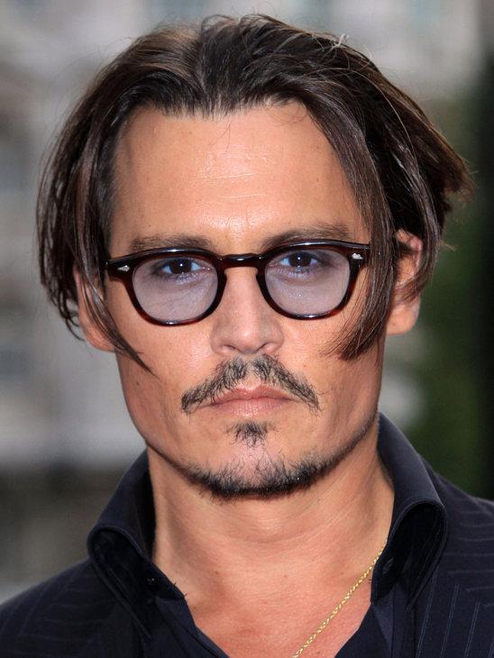Os óculos de grau são a marca registrada de Johnny Depp. Um dos modelos  usados pelo ator é o Wayfarer de lentes azuladas. 76a185998e