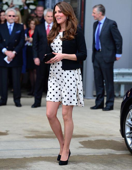 4caab43d3d Kate Middleton também é adepta dos polka dots e apostou em vestido de fundo  branco com bolinhas pretas não tão pequenas. Para complementar o look