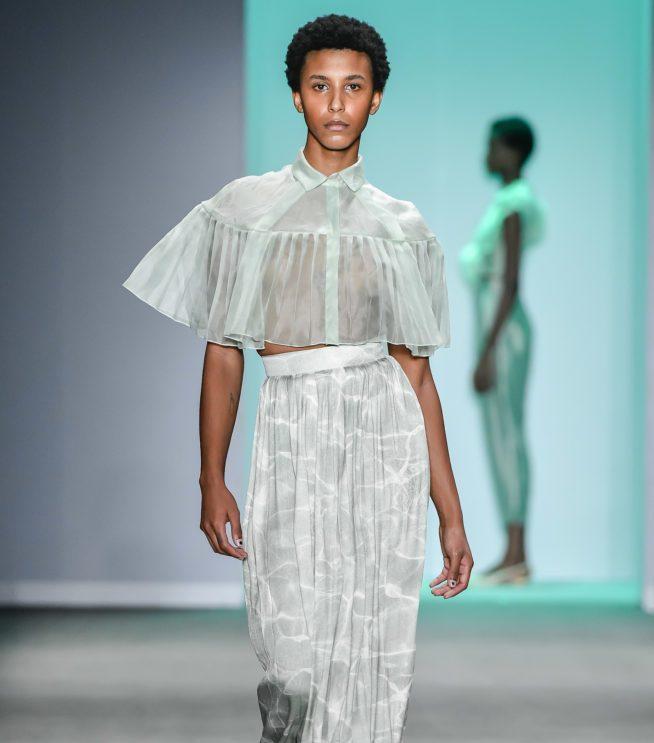 f4e301b033 A transparência sutil e a fluidez vão aterrissar no verão 2020 com belos  tecidos leves