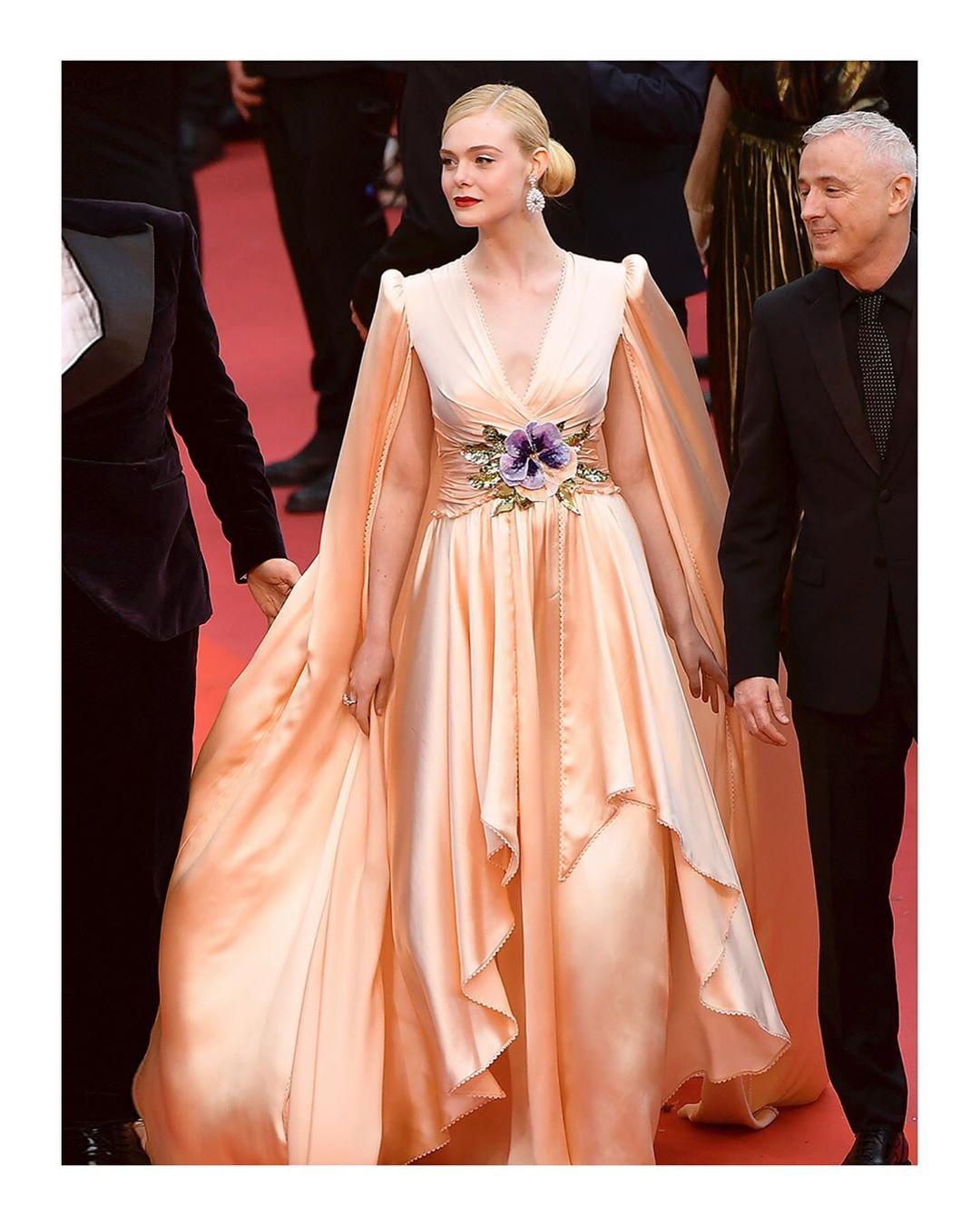 ba7081673 Elle Fanning é uma das atrizes que mais está emplacando produções incríveis  no tapete vermelho do Festival de Cannes. Aqui, a loira durante a abertura  do ...